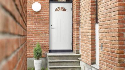 Деревянные входные двери для загородного дома